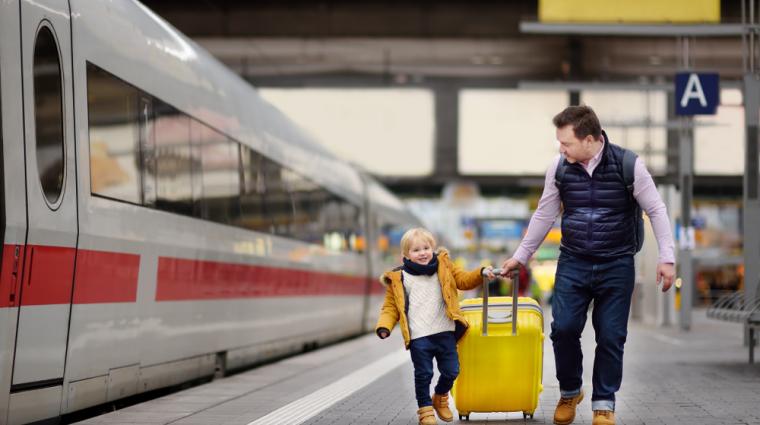 Kind am Bahnsteig; Bild: shutterstock.com / Maria Sbytova