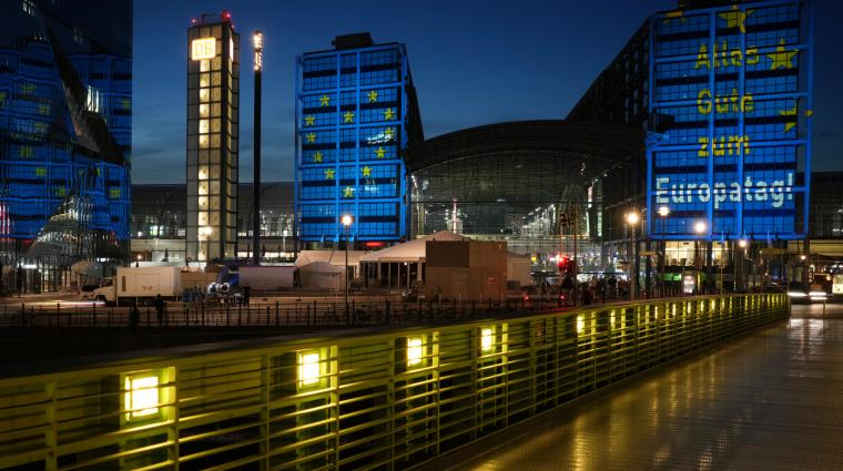Strahlender Hauptbahnhof zum Europatag 2021; Bild: DB AG / Oliver Lang
