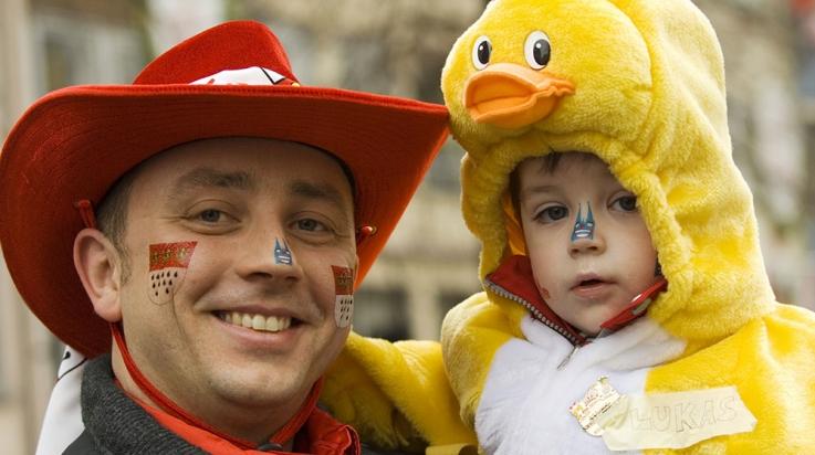 Papa und Sohn als Cowboy und Entchen beim Kölner Karneval © Köln Tourismus