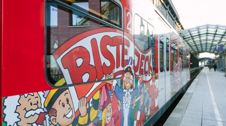 Die mit Karnevalsmotiven beklebte S-Bahn in Köln