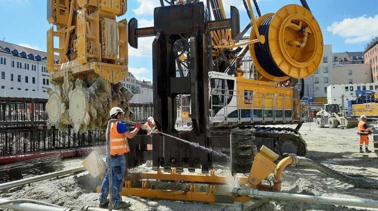 Baustellenfahrzeug wird gereinigt; Foto: DB AG / Uwe Geburzyk