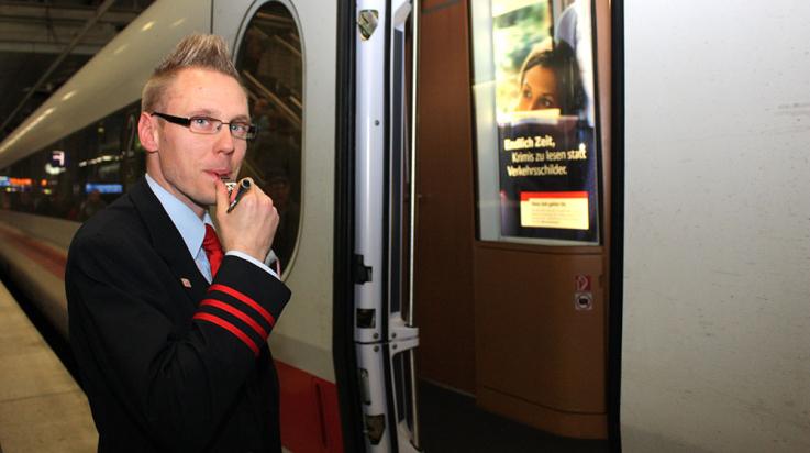 Zugbegleiter Christian Lange pfeift zur Abfahrt des ICE © DB AG