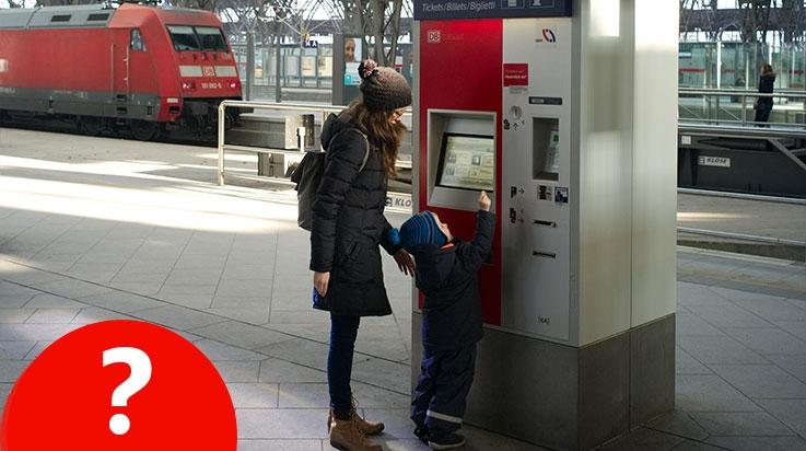 Joshua und seine Mama am Fahrkartenautomaten; Bild: DB AG / Friedrich