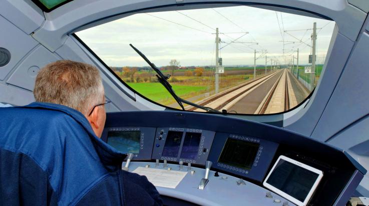 Blick aus dem Führerstand eines ICE T, Baureihe 411, auf die Schnellfahrstrecke der VDE 8.2 nahe Erfurt; Bildnachweis: DB AG/Barteld Redaktion & Verlag (DB13029)