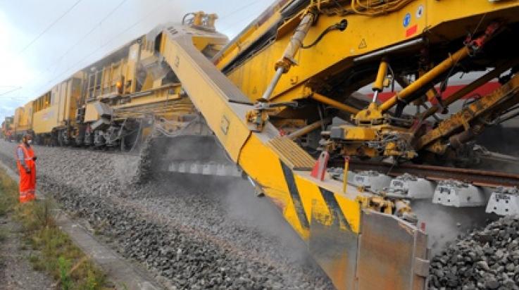 Diese riesige Maschine recycelt den Schotter im Gleisbett, der sich mit der Zeit abgenutzt hat.  © DB AG/Christian Bedeschinski