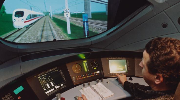 Triebfahrzeugführer in der Ausbildung im Cockpit des Fahrsimulators für den ICE 3 in Fulda © DB AG / Andreas Mann