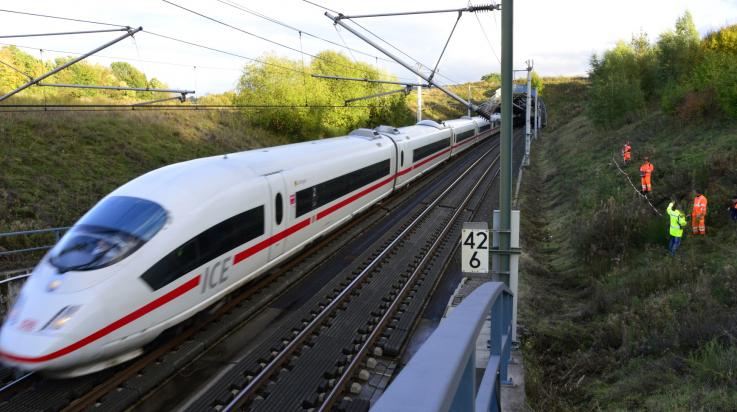 Vegetationspflege rechts und Links der Gleise; Bild: DB AG/ Volker Emersleben (DB77892)