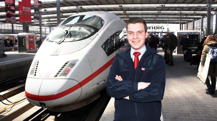Lokführer Lutz Jäckel vor seinem Arbeitsplatz, einem ICE 3, am Hauptbahnhof München © DB AGLokführer Lutz Jäckel vor seinem Arbeitsplatz, einem ICE 3, am Hauptbahnhof München © DB AG